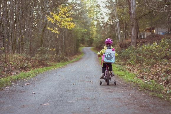 nauka-dziecka-na-rowerze